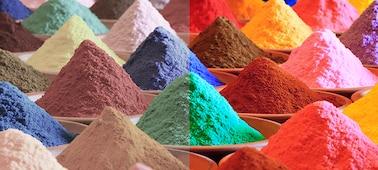 Купчини ярък многоцветен пясък, показващ цветовата гама на Triluminos PRO