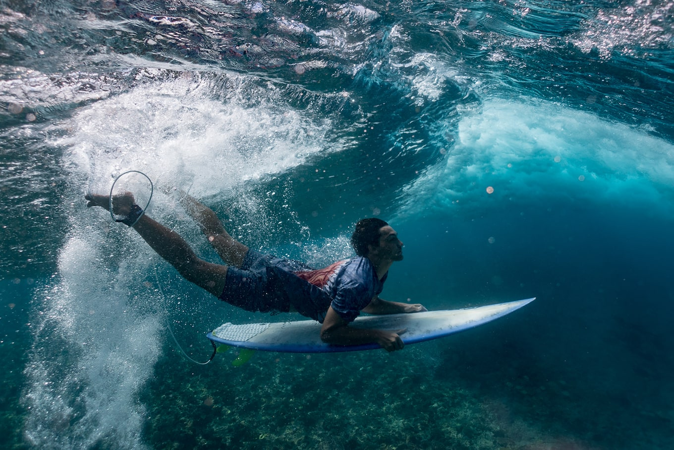 Danas-Macijauskas-sony-RX100M5-surfer-underwater-preparing-to-surface-on-surfboard