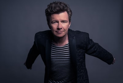 peter-neill-sony-alpha-7SII-rick-astley-in-the-studio-posing-for-portrait